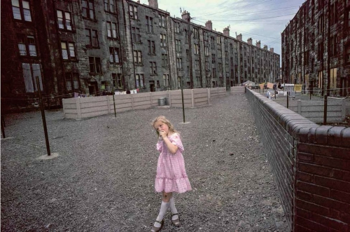 852595-the-little-girl-in-pink-photo-raymond-depardon-magnum.jpg