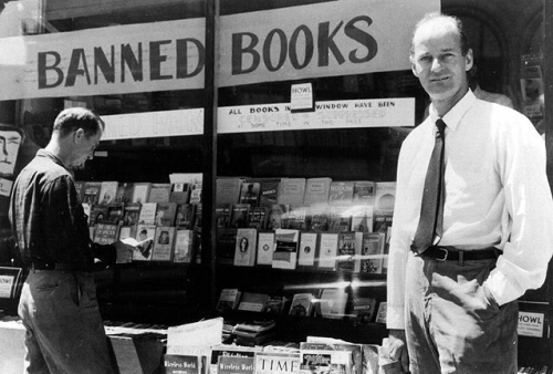 Ferlinghetti devant sa boutique.jpg